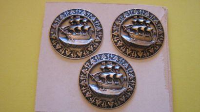 3 boutons en métal estampé et découpé à décor...
