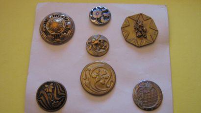 8 boutons en métal. Vers 1900. (D. de 25...