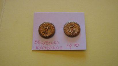 2 boutons en métal doré et estampé. Exposition...