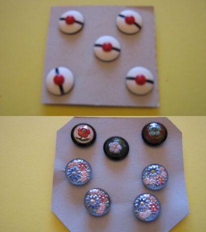 5 boutons en plastique à décor de bonnet...