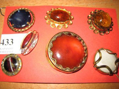 7 boutons en verre de couleur cerclé de métal...