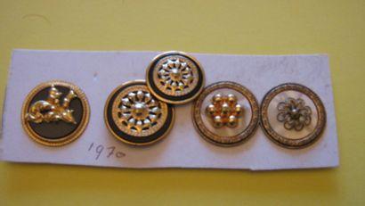 8 boutons en métal doré et verre ou nacre....