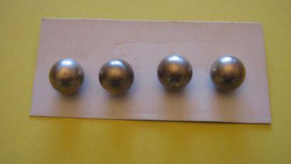 3 boutons en métal en forme de perle. 20...