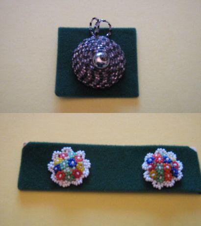 3 boutons en perles de verre. 20ème. (D....