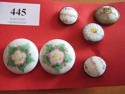 6 boutons en porcelaine à décor floral. 19ème....