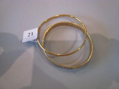 Deux bracelets joncs en or jaune (28 g)