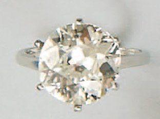 Bague sertie d'un diamant solitaire demi-taille,...