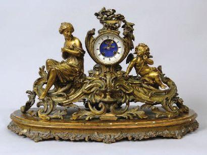 PENDULE.En bronze anciennement doré représentant...