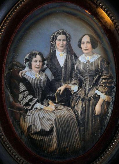 DAGUERRÉOTYPE.  Portrait de trois femmes,...