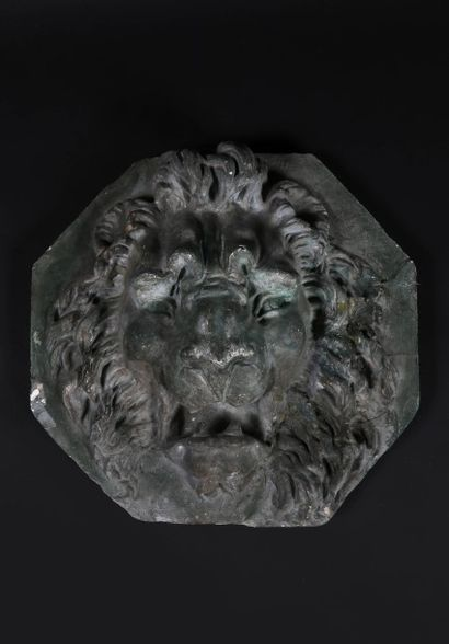 MUFLE DE LION.  Sujet en plâtre verni imitant...