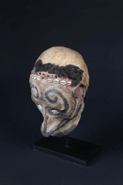 CRÂNE DE NOUVELLE-GUINÉE.  Crâne sur-modelé...