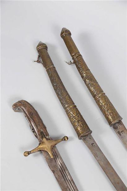 Lot de deux sabres birmans. Manches en cuivre...