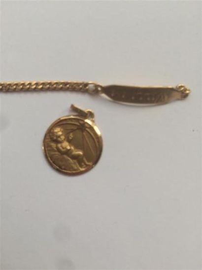Lot comprenant une médaille en or et un bracelet...