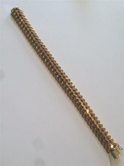 Un bracelet à mailles souples américaines....