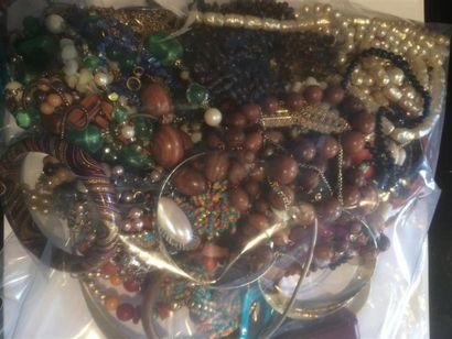 Un important lot de bijoux fantaisies comprenant bracelets, colliers boucles d'oreilles...