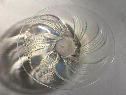 LALIQUE FRANCE. Coupe en verre moulé pressé à décor de feuillages. Signé.