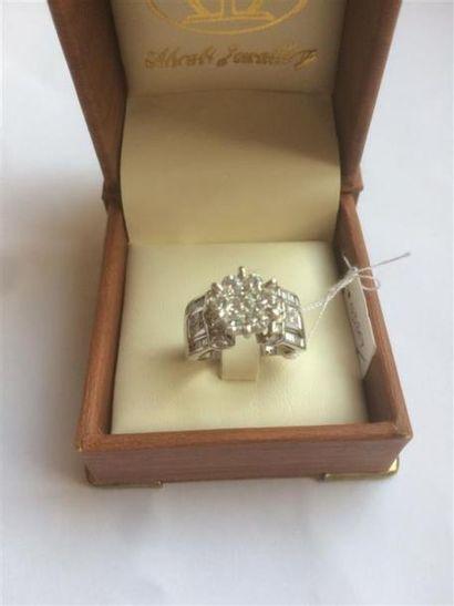 Bague en or blanc, sertie de diamants de...