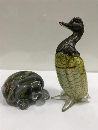 Une tortue et un canard en verre de Venise. La tête du canard en métal. XXe siècle....