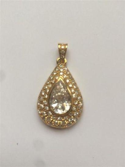 Pendentif en or jaune orné d'une pierre imitation...