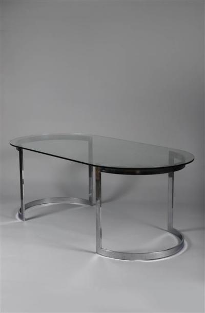TABLE DE SALLE À MANGER. Plateau ovale en verre sur un double piétement cintré en...
