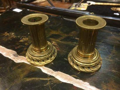 Paire de petits bougeoirs en bronze doré
