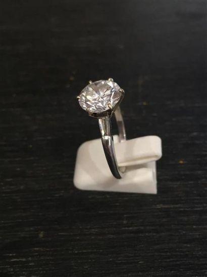 BAGUE SOLITAIRE EN PLATINE 950 millièmes ornée de deux diamants tapers surmonté...