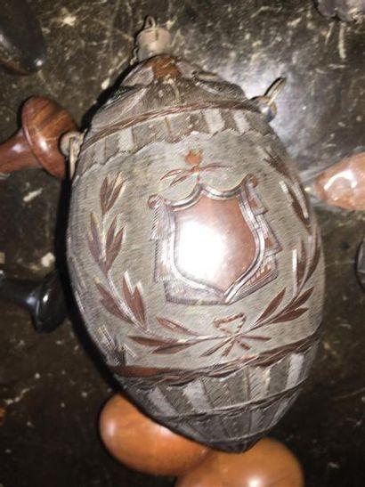 Poire à poudre en noix de coco à décor sculpté...
