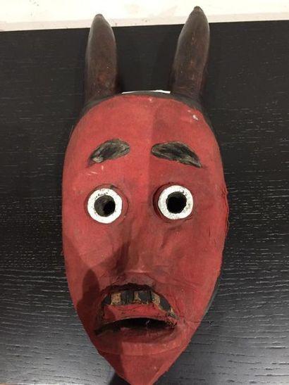 Masque Dan avec tissu rouge, Côte d'Ivoi...