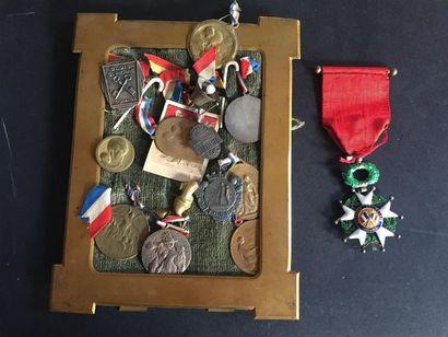 CADRE renfermant un ensemble de médailles...
