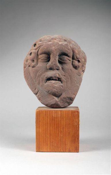 TÊTE EN GRÈS ROSE sculptée en fort relief,...