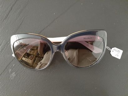 DIOR Paire de lunettes de soleil en plastique...