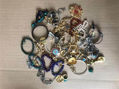 Un lot de bijoux fantaisies comprenant broches,...