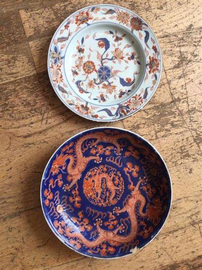 CHINE : Une coupe en porcelaine à décor polychome...