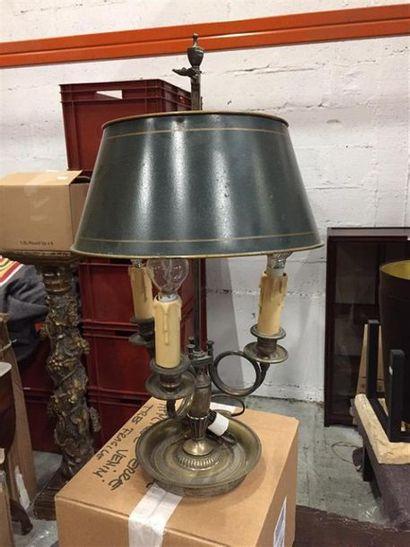 Une lampe bouillotte en laiton à trois bras...