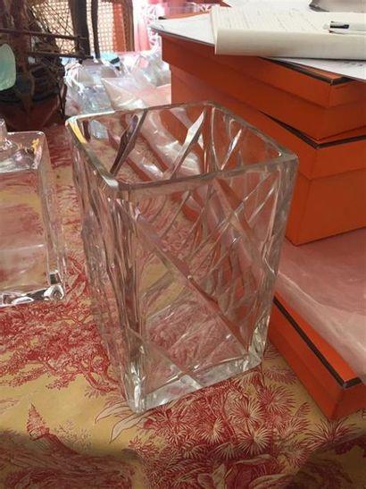BACCARAT : Vase quadrangulaire en cristal...