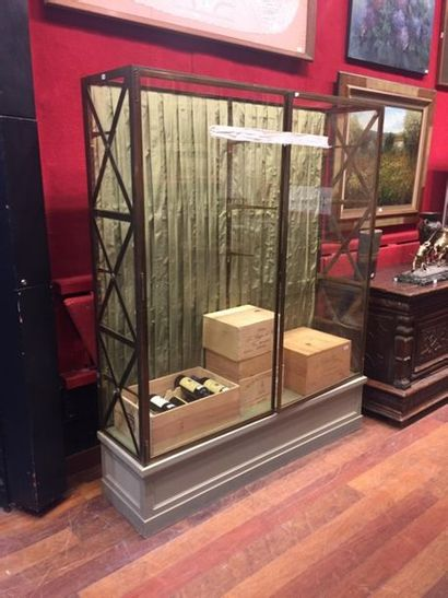 Belle et grande vitrine en bronze, verre et bois, elle ouvre par deux portes et...