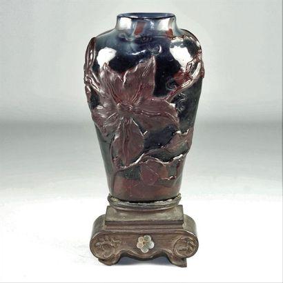Émile GALLÉ (1846-1904) Petit vase à décor de fleurs dégagé à l'acide, reposant sur...