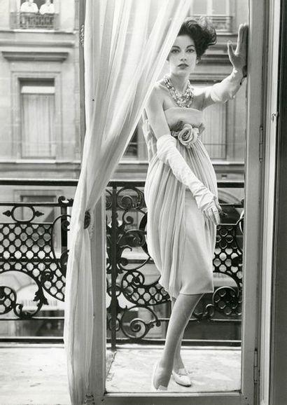 MODE «Mode, Cardin», septembre 1958.. Tirage argentique d'époque, légendé et daté...