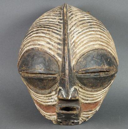 Masque de style Songye en bois sculpté polychrome....