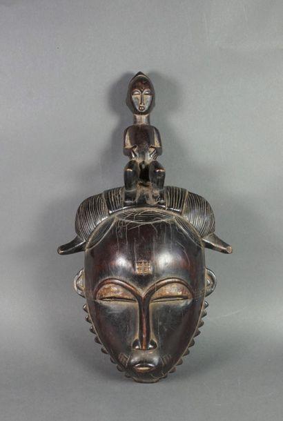 Masque de style Baoulé en bois sculpté patiné...