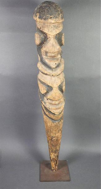 Grand statut en bois sculpté Travail de style...