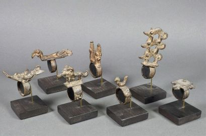 Ensemble de 13 bagues en bronze patiné ornées...