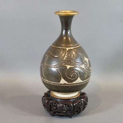 Vase de forme globulaire à col évasé, en...