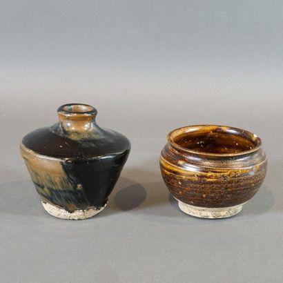 Lot de deux pièces en grès émaillé brun:...