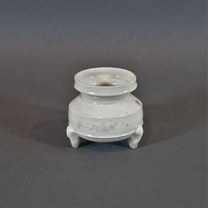 Brûle-parfum tripode en grès à couverte beige....