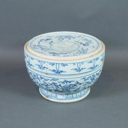 Boîte couverte en porcelaine à décor en bleu...