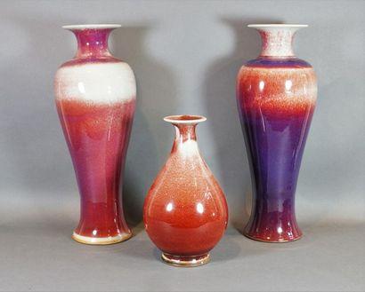 Lot de deux vases de forme yenyen et un vase...
