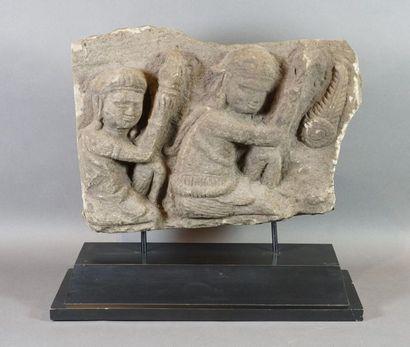 Fragment de stèle en calcaire figurant deux...