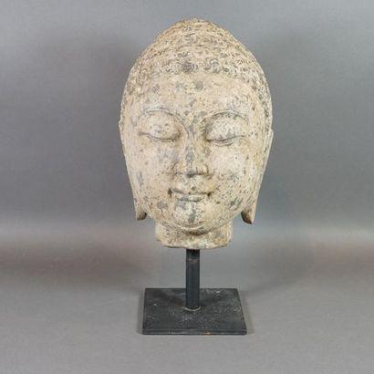 Tête de Bouddha en calcaire, les yeux mi-clos,...