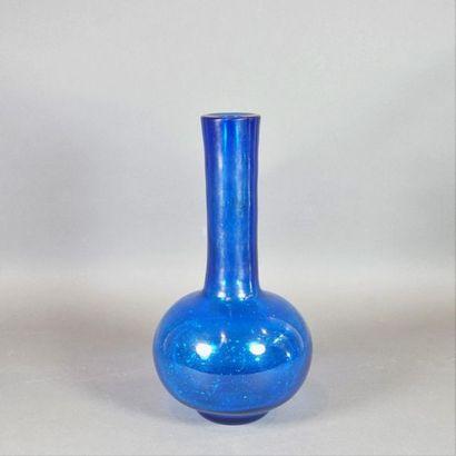 Vase de forme bouteille sur un talon court,...